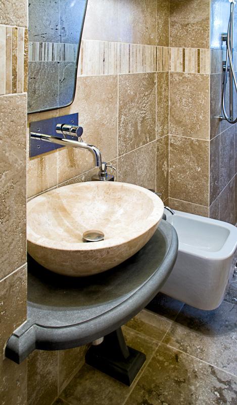lavabo in pietra e mobile bagno