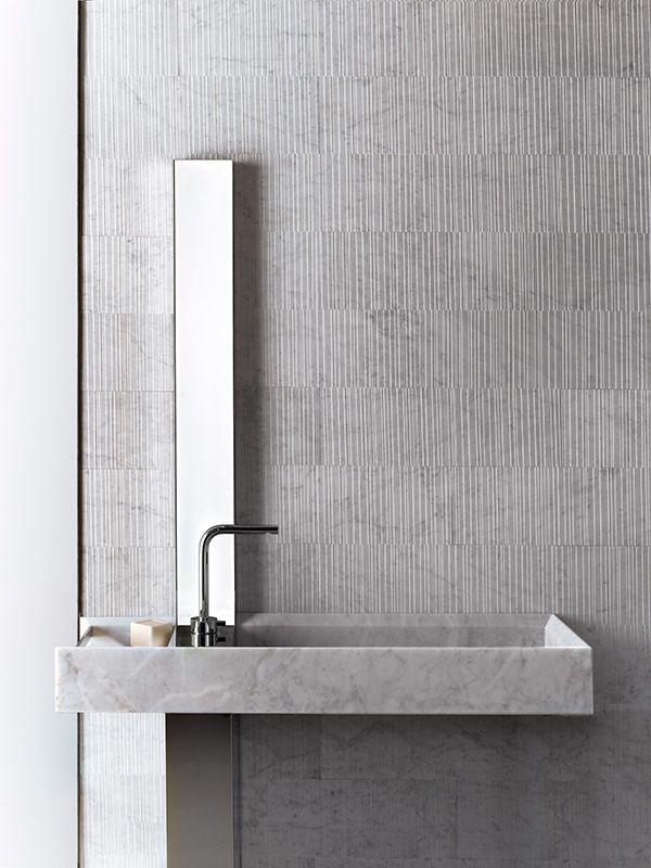 parete rivestita in marmo e lavabo rettangolare