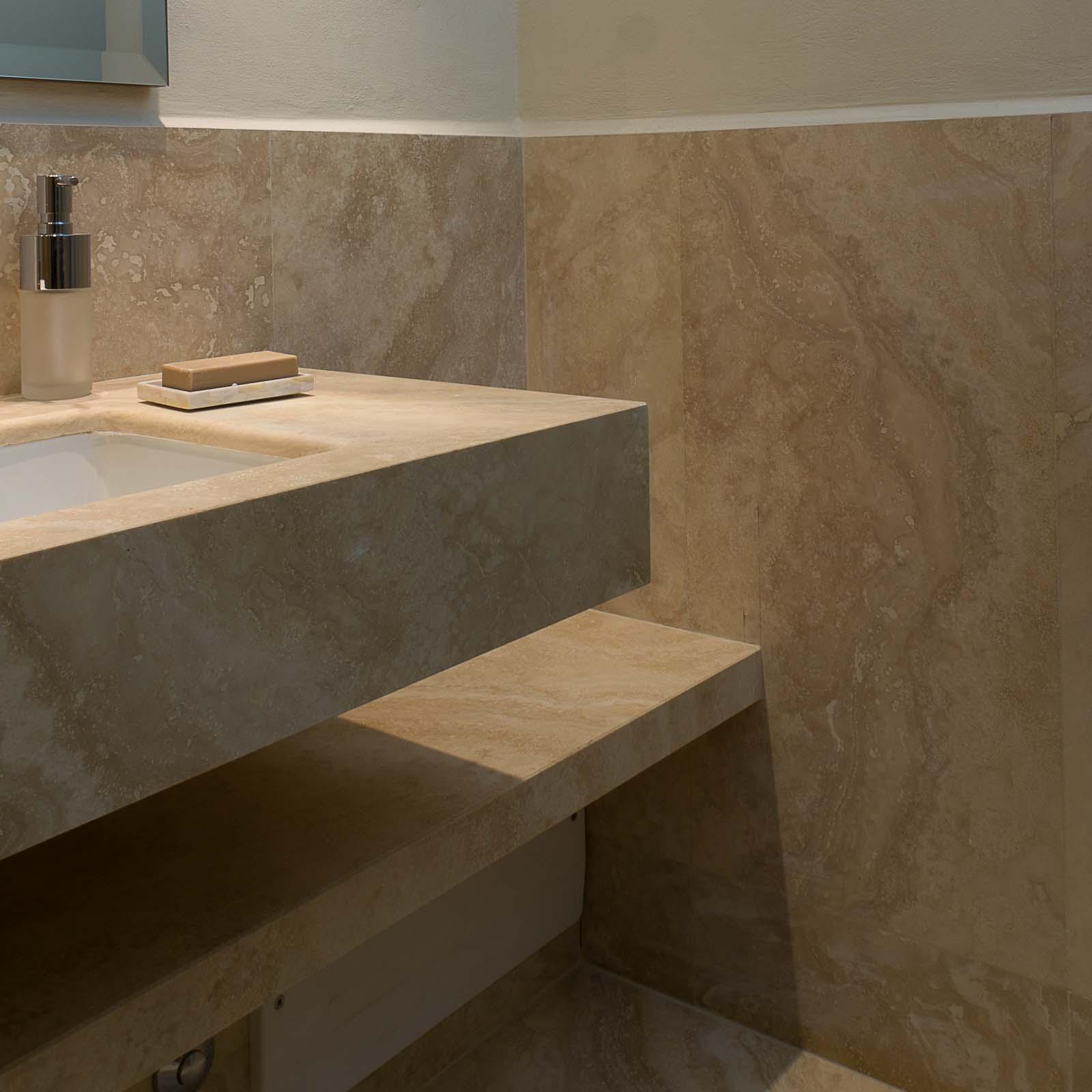 Come arredare un bagno piccolo lavandino in marmo for Arredare bagno piccolo con lavatrice