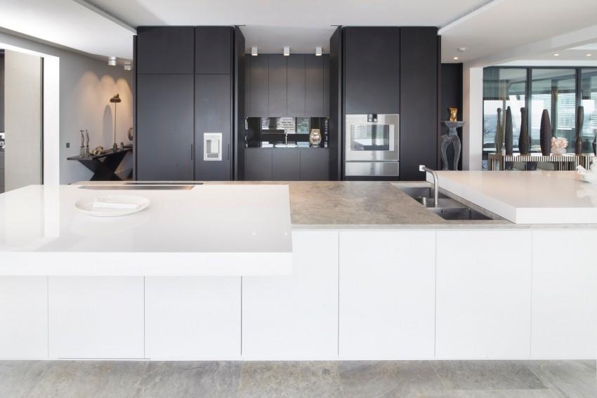 cucina rivestimenti e lavabo in travertino grigio