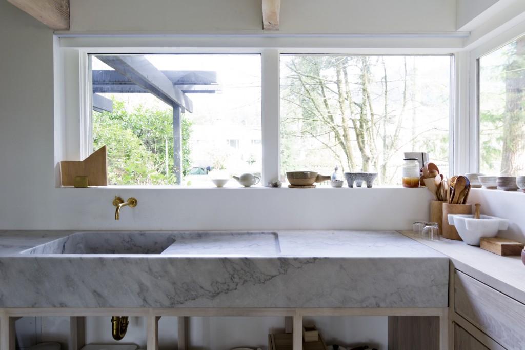 lavabo e piano cucina in marmo stile minimale rustico vancouver scott scott architects