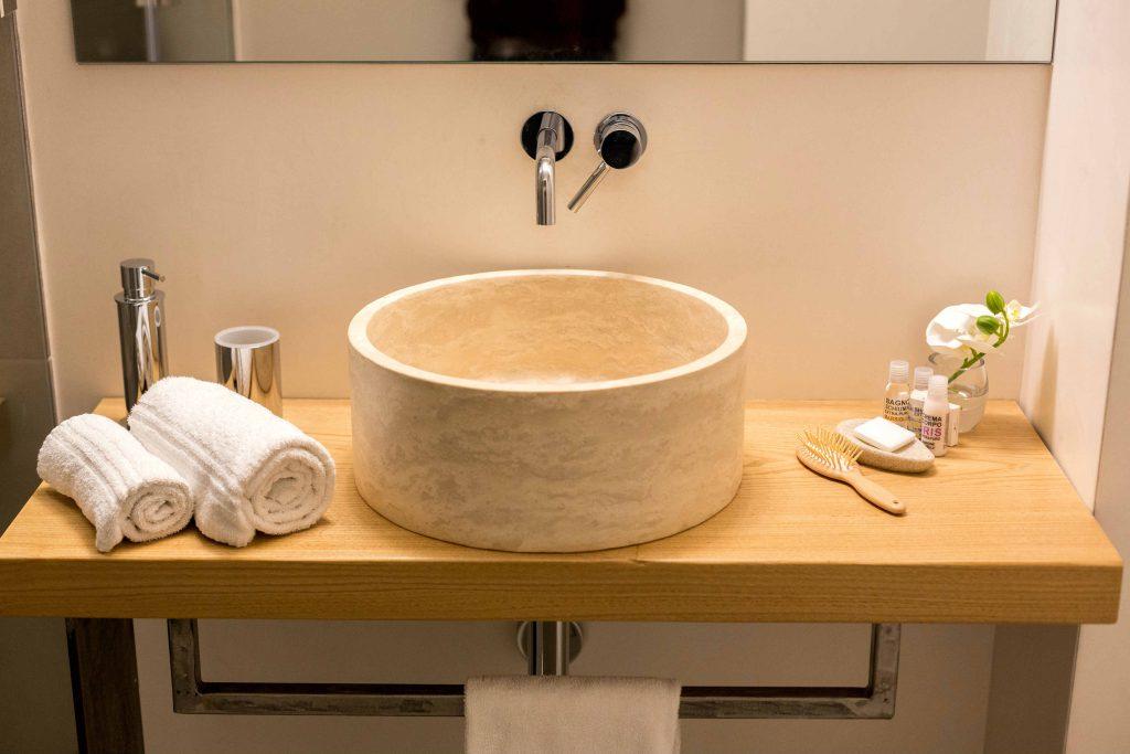 bagno moderno b&b firenze lavabo in pietra tondo da appoggio