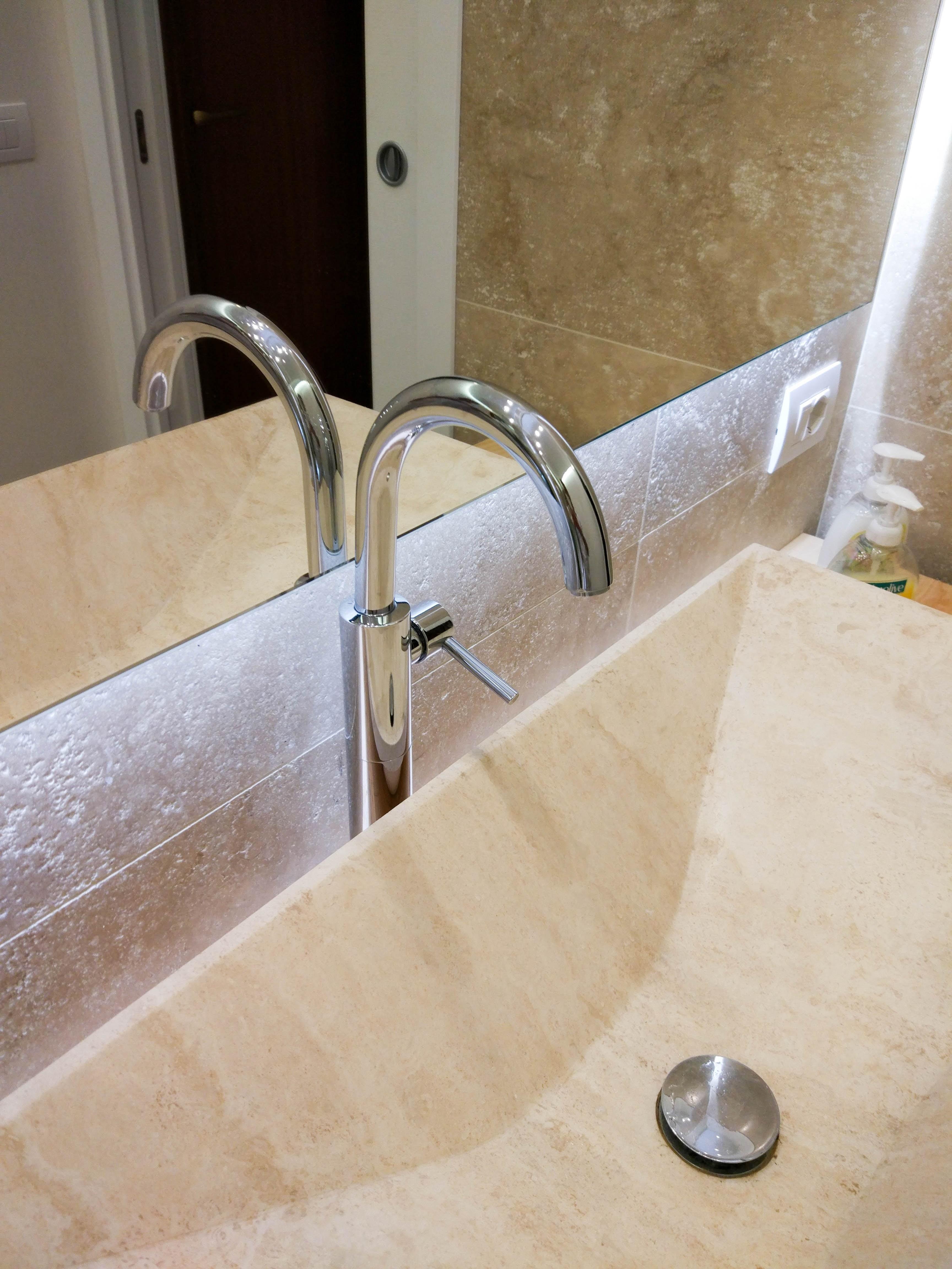 bagno moderno rubinetteria contemporanea lavabo rettangolare radda in pietra