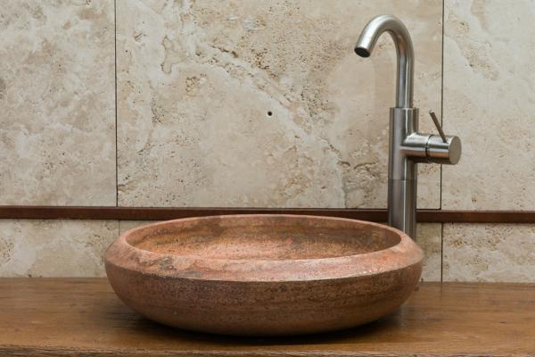 lavabo colorato bagno in pietra