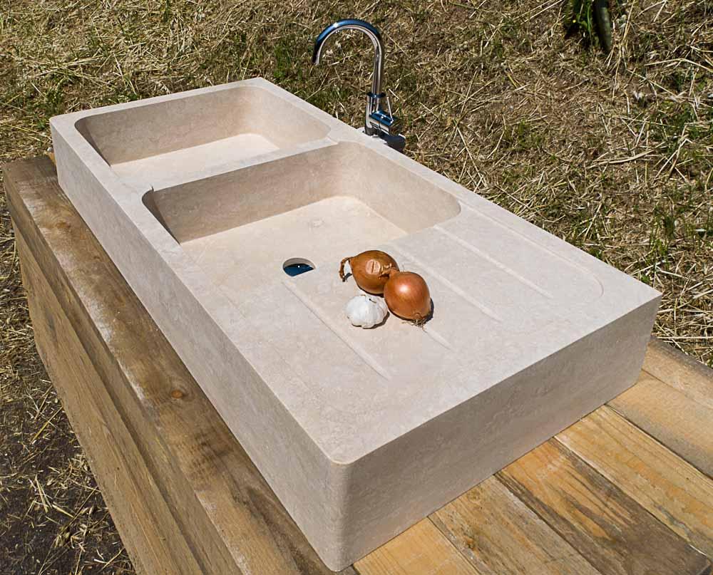 lavandino in pietra con due buche e scolapiatti per cucina rustica pietre di rapolano
