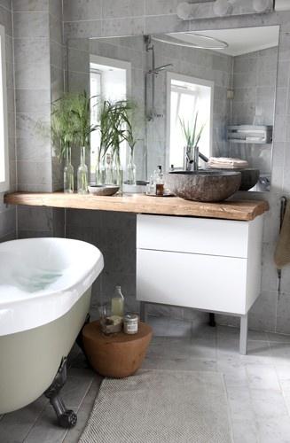 bagno moderno con mobile in legno lavabo da appoggio in pietra