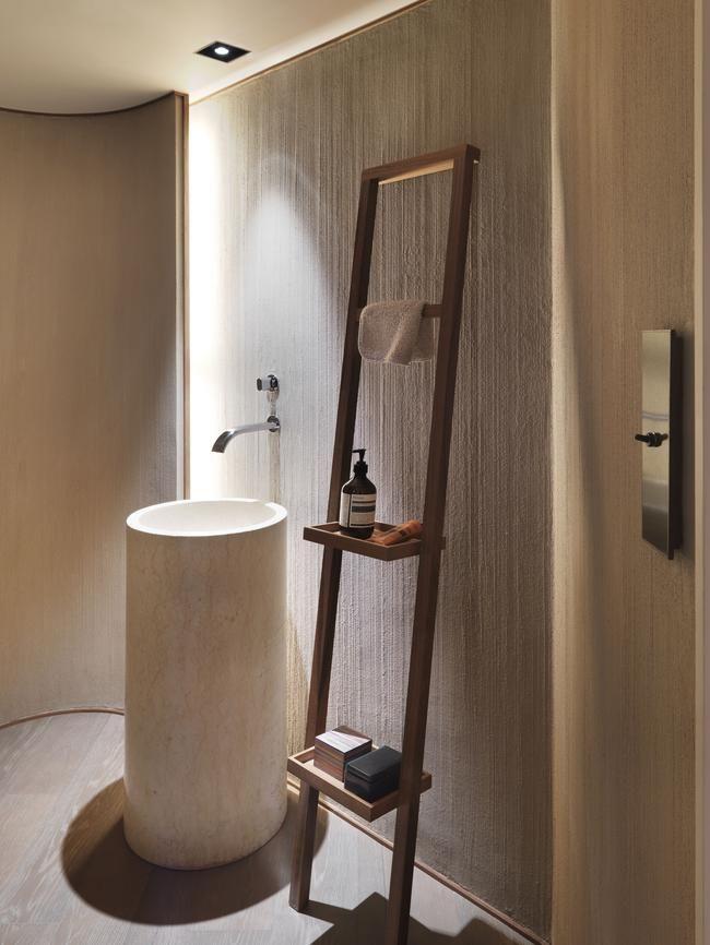 bagno moderno con lavabo colonna freestanding in pietra