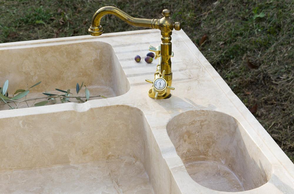 Cucina in muratura lavandino in marmo for Lavello cucina ad angolo